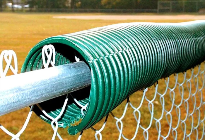 Из старых шлангов можно сделать оригинальный плетеный забор, который защитит от набегов животных / Фото: homius.ru