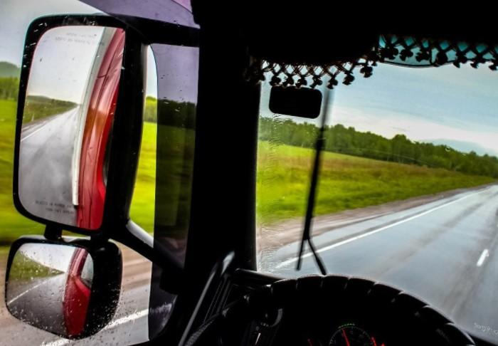 Во время езды шины не попадают в поле зрения водителя, и он не поймет, если колесный диск заклинит / Фото: cdn.fishki.net