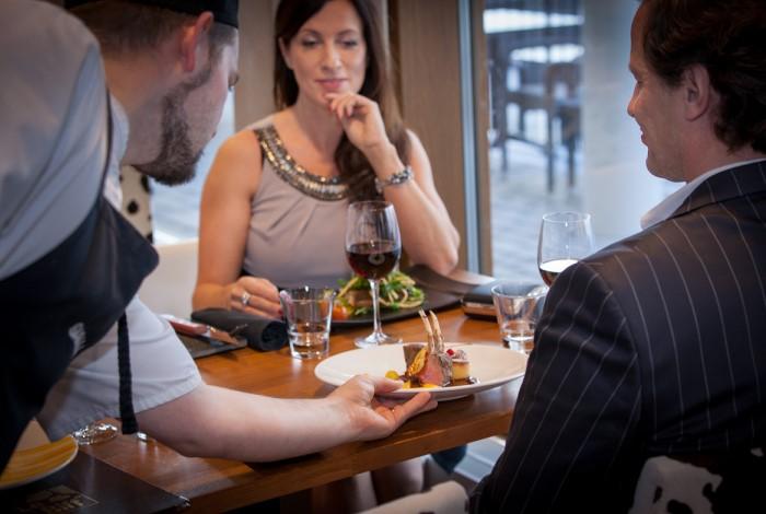 Если официант настаивает на каком-то блюде или напитке - это тревожный звоночек / Фото: newperexod.com