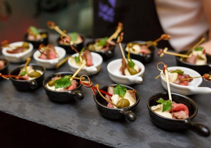 Закуски и аперитив только разжигают аппетит, поэтому после них гостям хочется есть ее больше / Фото: mobil-furshet.ru