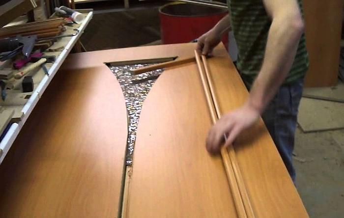 Если в дверях есть стеклянные вставки, и они пострадали, нужно их обязательно заменить / Фото: 1-giper.com.ua