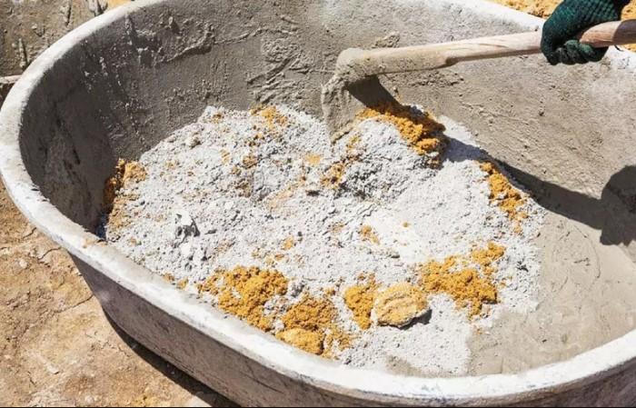 Для замешивания нужна продолговатая емкость, чтобы свободно перемешивать слои песка и цемента / Фото: homius.ru