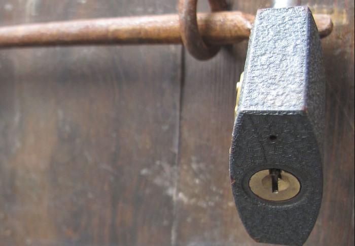 Небольшое отверстие обеспечивает исправность замка / Фото: static.boredpanda.com