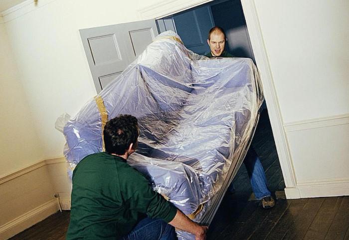 Обязательно учитывайте размеры дверного проема, иначе мебель попросту не попадет в комнату / Фото: pbs.twimg.com