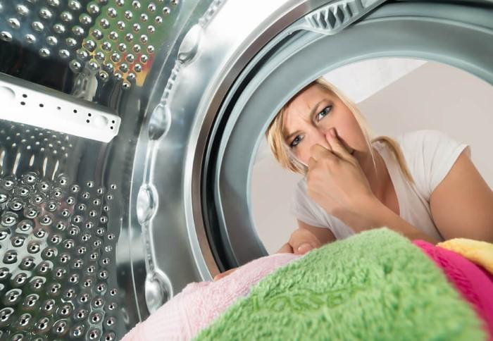 Запах из машинки может передаться и постиранным вещам