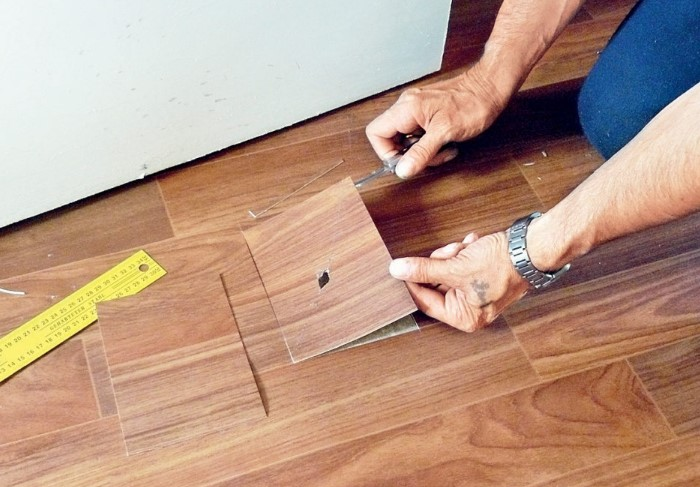 Заплатка используется только в крайнем случае при серьезных повреждениях линолеума / Фото: laminatepol.ru