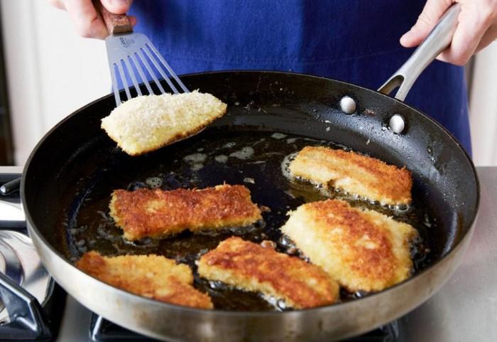 Разновидности рыбы с нежной мякотью лучше жарить в панировке или кляре / Фото: fb.ru