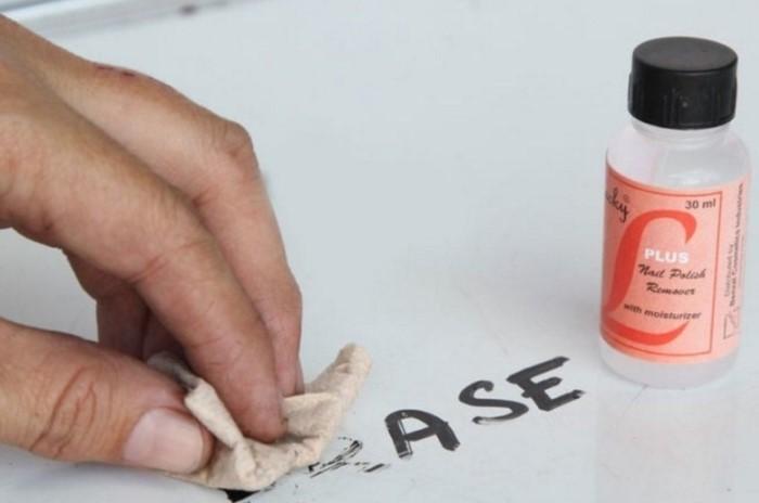 Жидкостью для снятия лака можно не только старый маникюр стирать, но и применять в бытовых целях