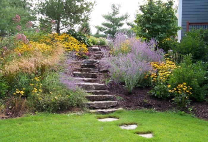 Ступени в саду, заросшие травой или мелкими кустиками, - настоящий «живой» декор