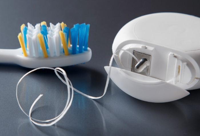 Воспользуйтесь зубной нитью, чтобы проверить свежесть дыхания / Фото: familystr.com