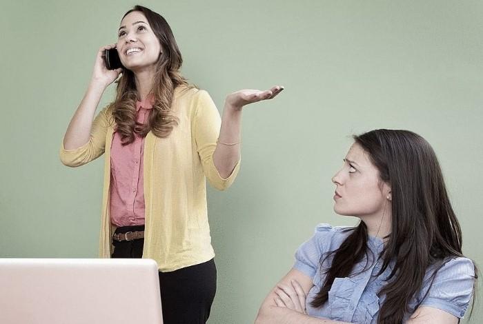 Разговаривая по телефону, вы можете мешать другим людям работать / Фото: econet.ua
