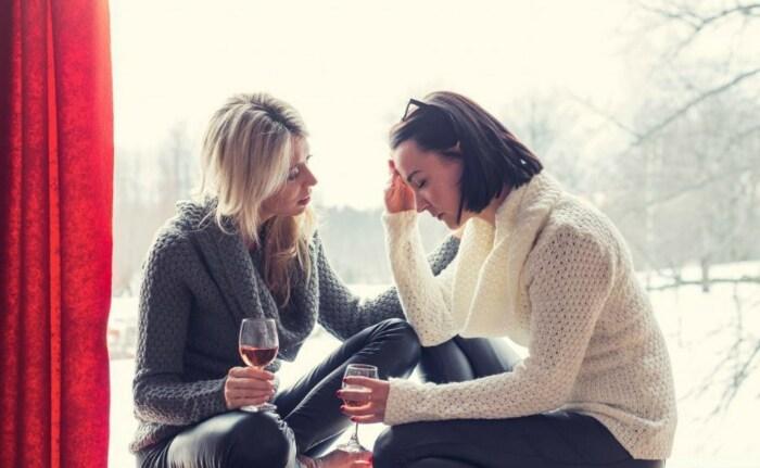 Иногда душевный разговор с подругой заменяет сеанс психотерапии. / Фото: www.huffingtonpost.com