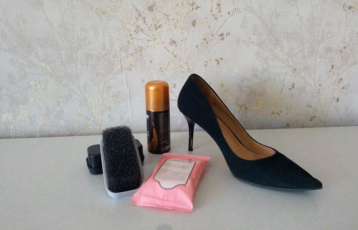 После очищения от грязи замшевую обувь обрабатывают водоотталкивающем спреем / Фото: novate.ru