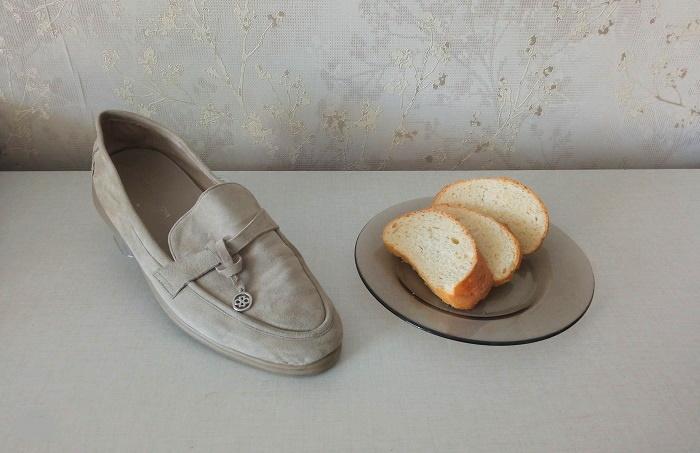 Хлебная корочка и мякиш помогают вывести грязь с замшевой обуви / Фото: novate.ru