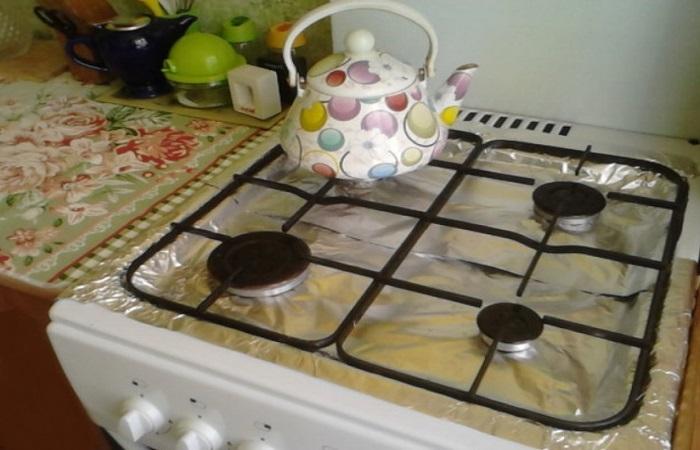 Фольга для запекания защищает поверхность плиты от жирного налета / Фото: povarenok.ru