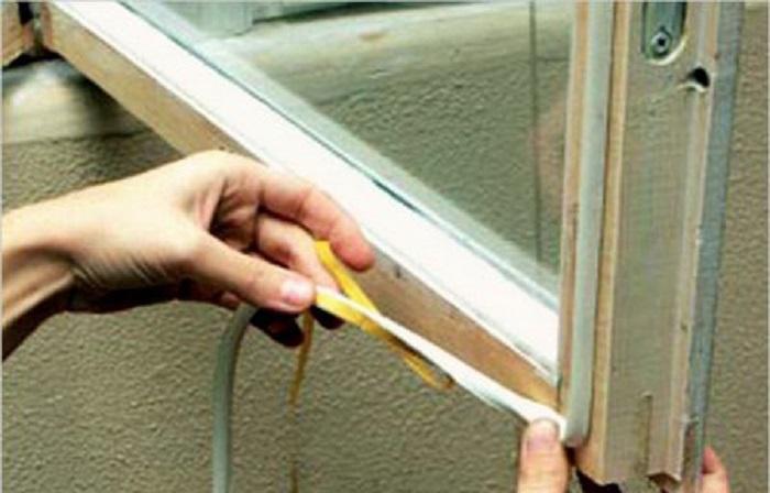 Поролоновый полоски на липкой основе облегчат процесс утепления деревянных рам / Фото: moydomik.net