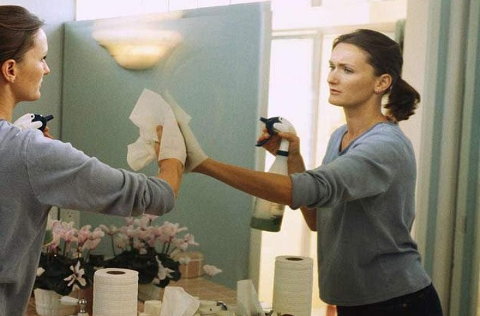 Специальные средства для зеркал оставляют на их поверхности следы и разводы / Фото: allwomens.ru