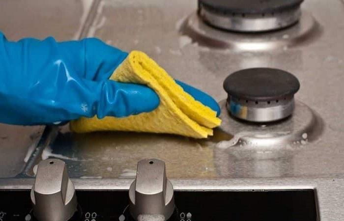 Плиты из нержавеющей стали можно мыть только жидкими и гелеобразными средствами / Фото: foliantopt.ru