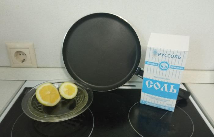 Долька лимона и соль легко справляются с жирным нагаром, образующимся на сковородке / Фото: novate.ru