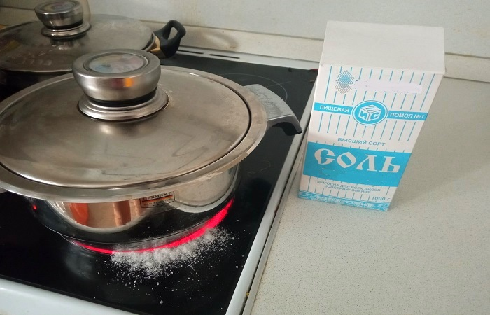 Если насыпать на варочную поверхность соль, то она предупредит образование нагара / Фото: novate.ru