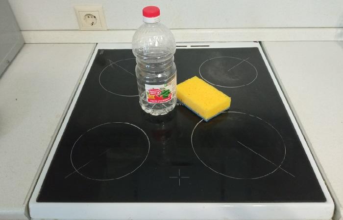 При помощи уксуса можно без особых усилий очистить плиту от нагара и жирного налета / Фото: novate.ru