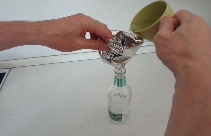 Если надо перелить жидкость, а воронки нет, на выручку придет фольга для запекания / Фото: novate.ru