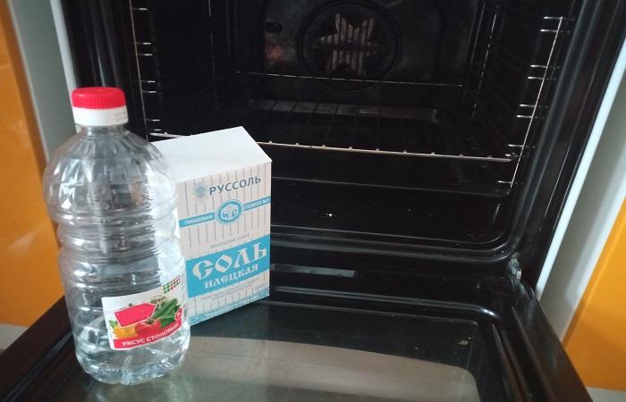 Соль и уксус помогают легко и быстро устранить нагар со стенок и дна духовки / Фото: novate.ru