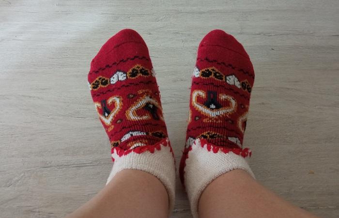 Теплые носки помогут согреть ноги, если в квартире холодно / Фото: novate.ru