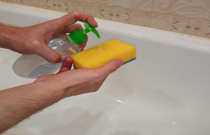 Обычное средство для мытья посуды легко удаляет свежие загрязнения с поверхности ванны / Фото: novate.ru