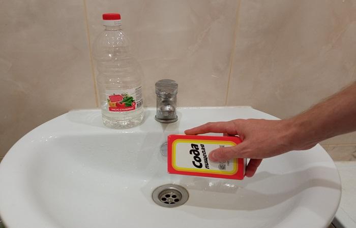 Сода  и уксус быстро устраняют засоры / Фото: novate.ru