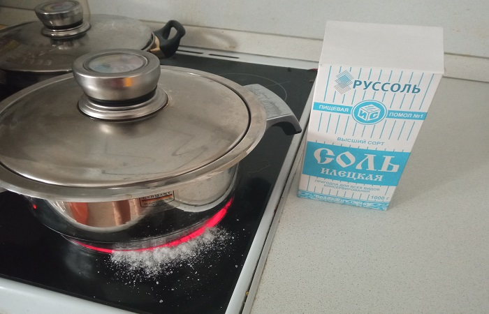 Соль помогает избежать появления запаха гари и дыма, если при приготовлении пищи что-то разлилось на плиту / Фото: novate.ru