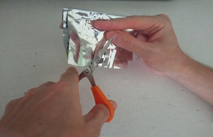 Фольгой для запекания получится заточить ножницы / Фото: novate.ru