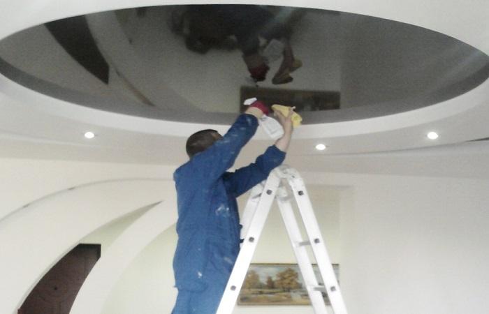 Блес глянцевому потолку вернет средство для мытья окон и салфетка из микрофибры / Фото: potolkoff.ru