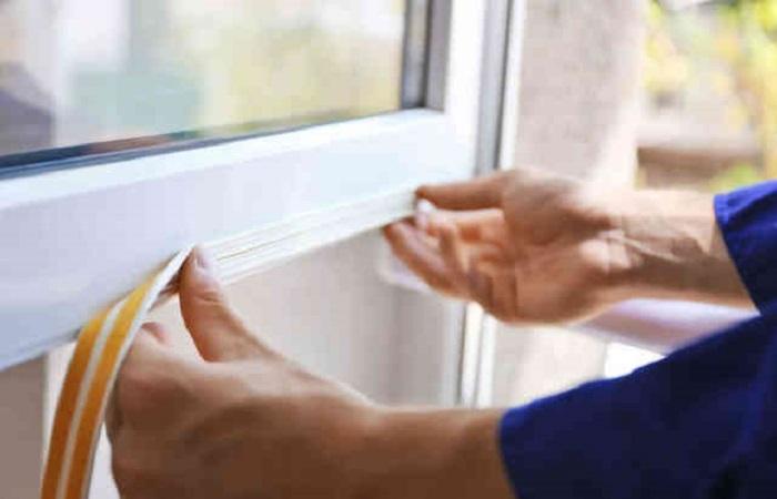 Через негерметичные окна из квартиры быстро уходит тепло / Фото: жкприбрежный.рф