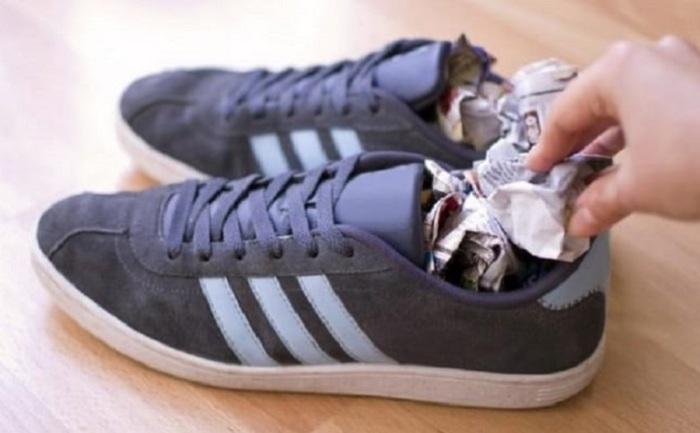 Мокрую обувь плотно набивают газетой / Фото: sovremennoedomovodstvo.ru