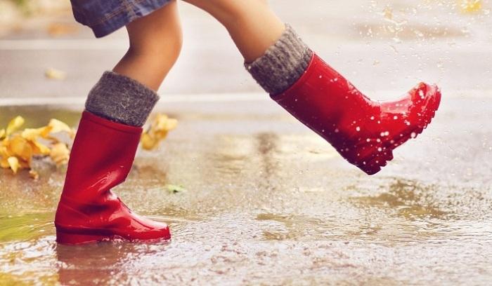 Резиновые сапоги отлично защищают ноги от намокания в дождливую погоду / Фото: галоши-оптом.рф