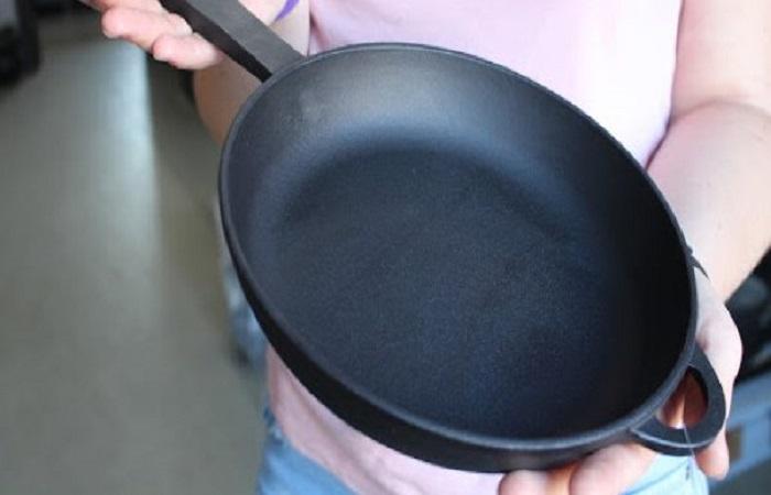 При помощи фольги для запекания можно без особых усилий очистить чугунную сковородку от нагара / Фото: westa-sochi.ru