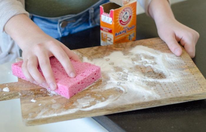 Неприятный запах от разделочной доски или рук поможет убрать сода / Фото: smekalo4ka.ru