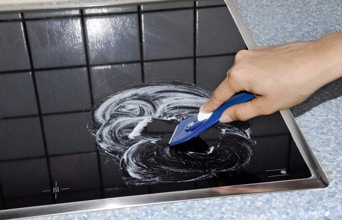 Для очищения стеклокерамических и индукционных плит есть специальный скребок, который не оставляет царапин на их поверхности / Фото: uborka.co