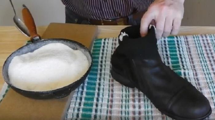 Нагретая соль хорошо впитывает влагу. Пар, который появляется над обувью, естественное явление / Фото: tapo4ki.ru