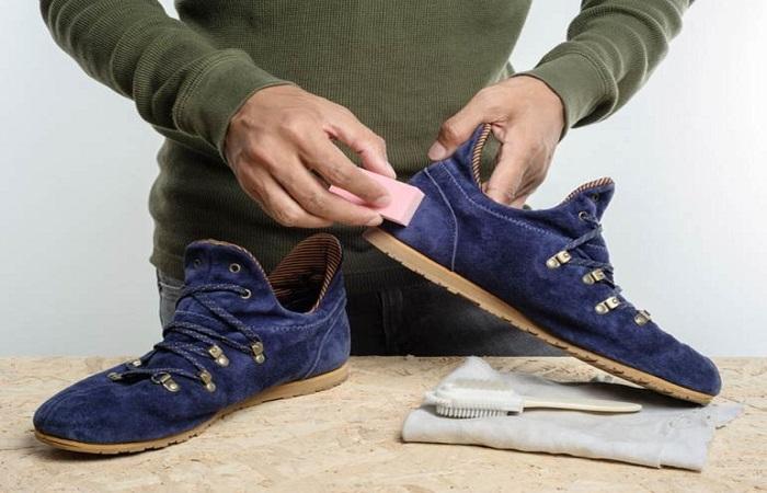 Ластик помогает избавиться от грязных пятен на замшевой обуви / Фото: hozsekretiki.ru