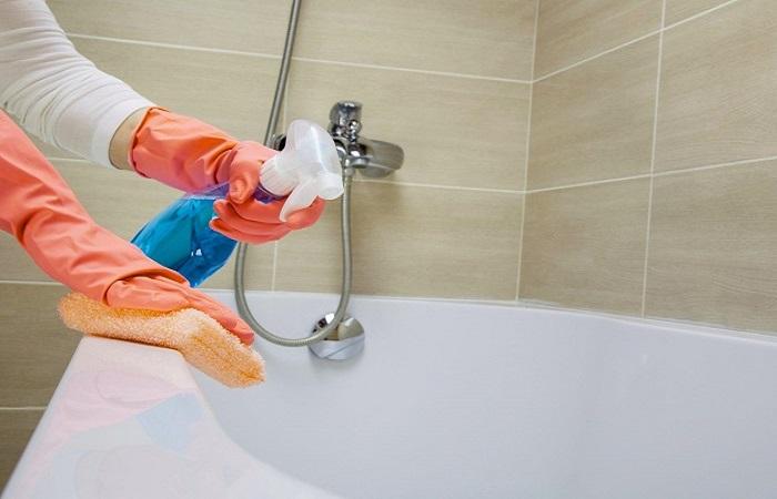Жидкие домашние средства лучше всего наноси на поверхность ванны при помощи пульверизатора / Фото: top-expert.pro