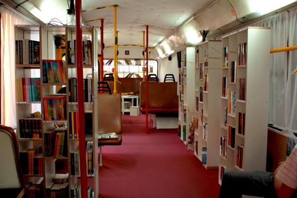 Библиотека в старом троллейбусе