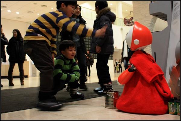 Робот-попрошайка DONA