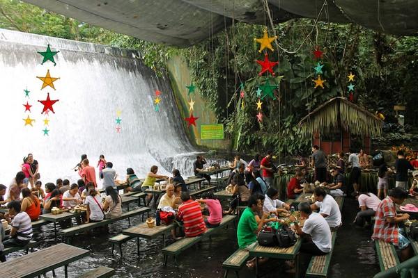 Villa Escudero – ресторан у подножия водопада
