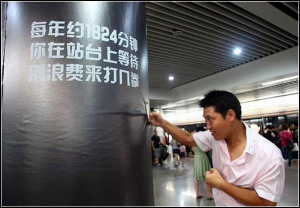 Боксерские груши от Adidas в Шанхайском метро