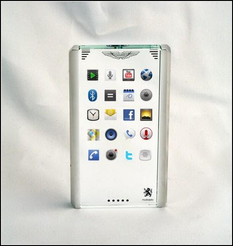 Мобильный телефон от Mobiado и Aston Martin