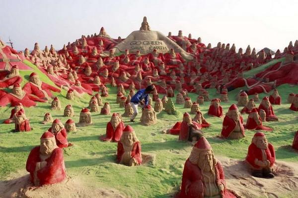 500 песчаных Санта Клаусов на пляже в Индии