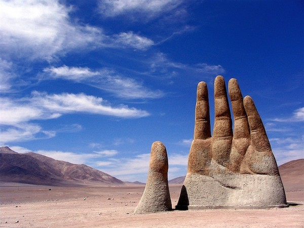 Рука Пустыни – скульптура в пустыне Атакама в Чили