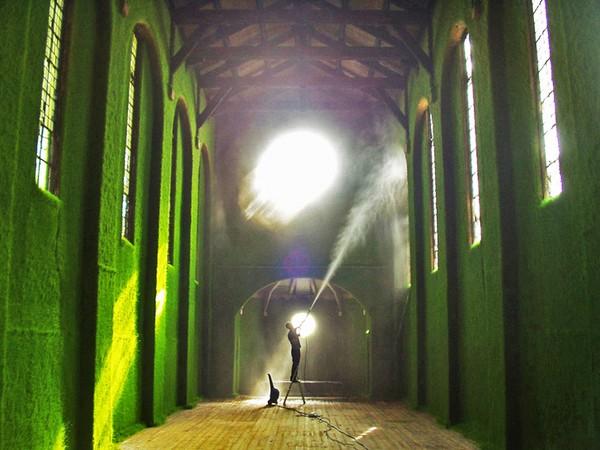Dilston Grove Gallery – травяные стены в заброшенной церкви